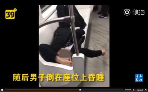 陸男地鐵撒尿 黃液亂流…乘客大逃亡圖/翻攝自秒拍
