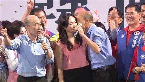 韓國瑜於鳳山大會造勢晚會親吻老婆李佳芬