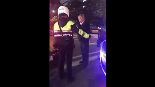 台北,士林,計程車,違停,小黃,警員,開罰。翻攝畫面