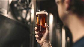 ▲很多人下班回家就想來杯冰涼啤酒放鬆。(圖/翻攝自unsplash)
