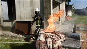 油鍋,起火,鍋蓋,棉被,枕頭(圖/翻攝自路竹消防分隊)