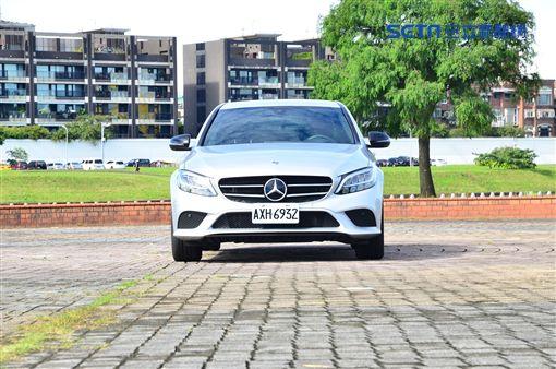 ▲Mercedes-Benz C200。(圖/鍾釗榛攝影)