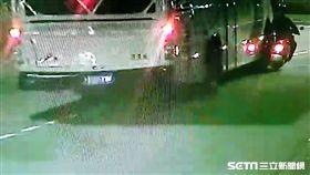 台北市自強隧道發生重大車禍,女騎士遭遊覽車輾斃(翻攝畫面)