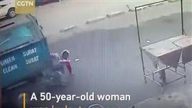 有拜有保庇!印度婦人廟前拜拜突遭輾 爬起竟僅輕傷(圖/翻攝自CGTN YouTube)