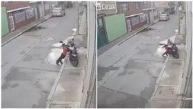 男童,摩托車,對摺,遭壓(圖/翻攝自LiveLeak)