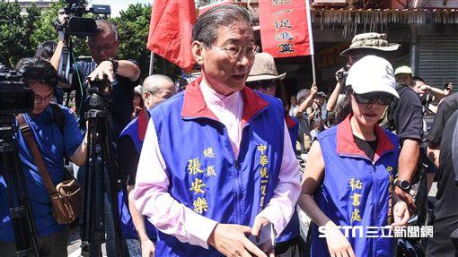 總統蔡英文出席三軍六校畢業典禮,場外抗議蔡英文下台,統促黨張安樂。 (圖/記者林敬旻攝)