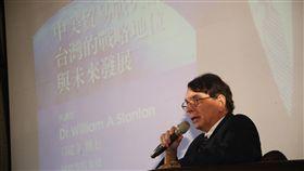 司徒文談中美貿易戰台灣因應之道(2)台大EMBA校友基金會20日在大直美僑俱樂部,邀請前美國在台協會處長司徒文(圖)以「中美貿易戰火硝煙下台灣的戰略地位與未來發展」為題發表演講,他認為日本仍是美國盟友,並指出台灣或許會是日本日益重要的夥伴。中央社記者吳家昇攝 107年9月20日