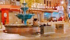 ▲噴水池疑野戰(圖/翻攝自馬來西亞中國報)