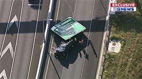 高速公路道路標誌竟掉落,砸毀行經轎車嚇壞用路人。(圖/翻攝YouTube)