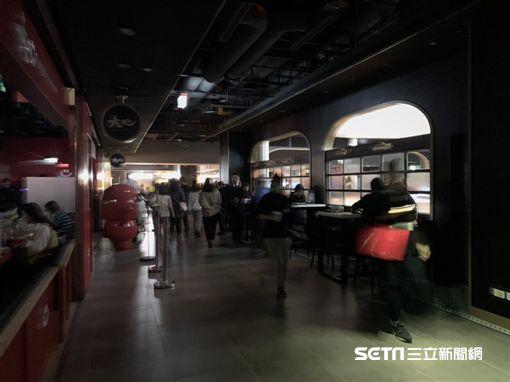 微風南山開幕半天美食街跳電。(圖/記者馮珮汶攝)