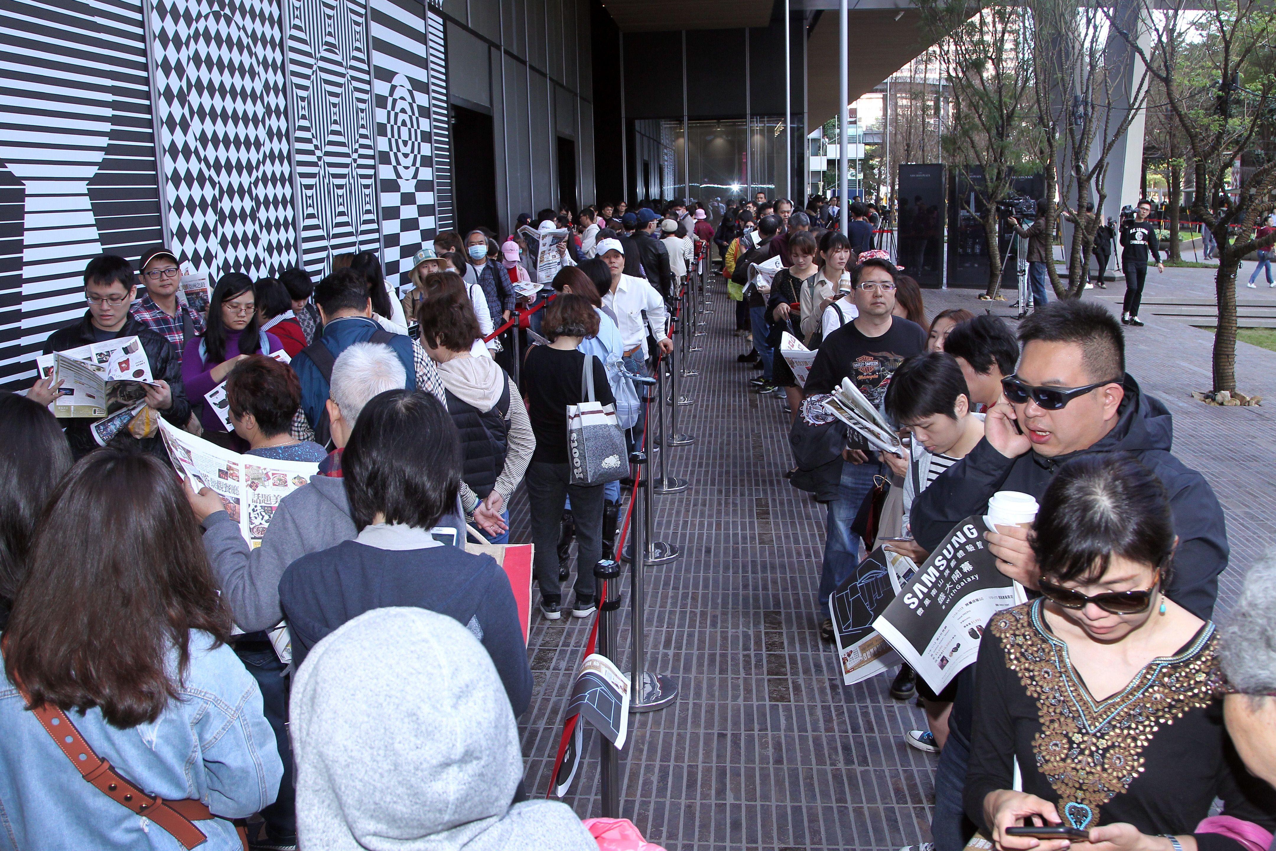 民眾排隊等進場。(記者邱榮吉/攝影)