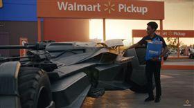 這是汽車界超強新片?美國知名連鎖賣場推出得來速新廣告,廣告裡集結了12輛電影中的經典名車,從蝙蝠車、大黃蜂到霹靂遊俠的夥計,還有侏儸紀公園的遊園車全都軋上一角,吸睛效果十足。 (圖/翻攝自Walmart YouTube)