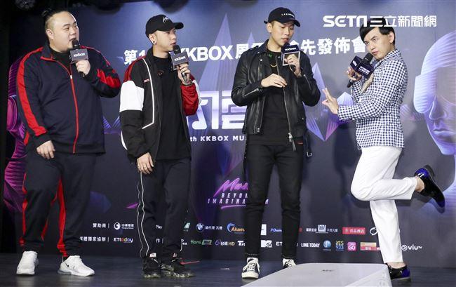 第14屆KKBOX風雲榜搶先發佈會,黃子佼與頑童MJ116合影。(記者林士傑/攝影)