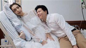 ▲泰男與病重女友在病房完婚。(圖/翻攝自泰國網臉書)