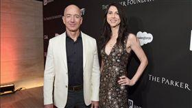 全球首富亞馬遜公司執行長貝佐斯(Jeff Bezos),9日拋出震撼彈,在推特上宣布將與太太麥肯齊‧貝佐斯(MacKenzie Bezos)結束25年婚姻,掀起外界譁然。沒想到日前貝佐斯被爆出與第三者、前福斯電視女主持人桑契斯(Lauren Sanchez)的鹹濕簡訊,「我想聞妳,想把妳吸進去」,內容十分露骨。(圖/翻攝自推特Complex)