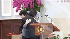 總統蔡英文今(11)日召開記者會宣布,由前行政院長蘇貞昌接任閣揆,賴清德擁抱蔡英文總統。