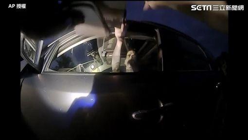 殺人犯掏出槍枝瞄準女警。(圖/AP授權)
