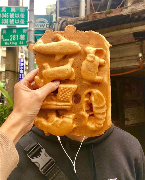比臉大的雞蛋糕(記者郭奕均攝影)