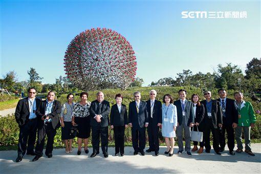 盧市長陪同諾魯總統伉儷聆聽花開的聲音(台中市政府)