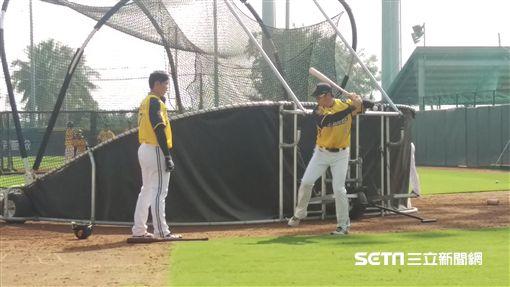 ▲中信兄弟二軍總教練林威助指導杜家明(左)打擊。(圖/記者蕭保祥攝影)