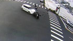 轎車路口撞1800