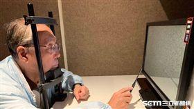 智榮基金會董事長施振榮親赴陽明大學參與遊戲防老測試。(圖/陽明大學提供)