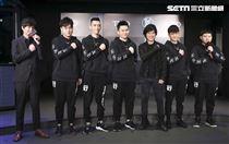 五月天怪獸率領前世界冠軍選手們共同成立TXO戰隊,團長、教練與隊員合影。(記者林士傑/攝影)