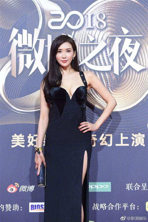 中國大陸「微博之夜」,林志玲大秀性感好身材。(圖/翻攝自新浪娛樂微博)