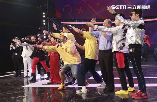 2019超級華人風雲大賞,主持群揭開節目序幕。(記者林士傑/攝影)