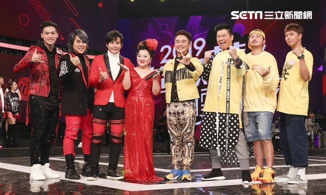 2019超級華人風雲大賞,主持人群合影。(記者林士傑/攝影)