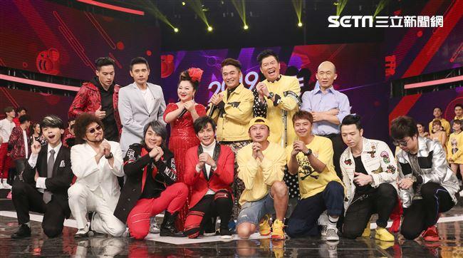 2019超級華人風雲大賞,主持人群與特別嘉賓合影。(記者林士傑/攝影)