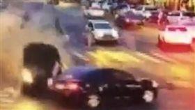 驚悚畫面曝光!三寶女「將油門當煞車」…飛車衝撞5死7傷(圖/翻攝自騰訊視頻)