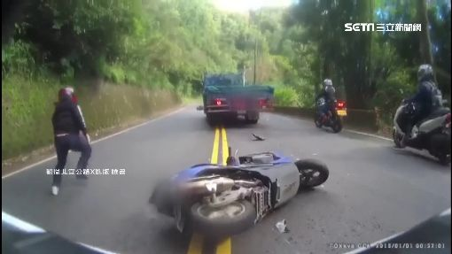 山路緊貼跟前車 下一秒2輛機車悲劇了...