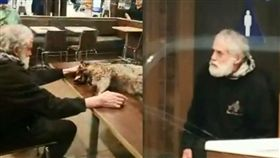 一老人拎著浣熊屍體帶進麥當勞,丟桌上任其血滴滿地。(圖/翻攝自臉書)