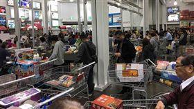 好市多推黑色星期五促銷  吸引民眾搶購好市多2度舉辦黑色星期五購物促銷,23日雖然天氣陰雨綿綿,還是吸引不少民眾一早到賣場搶購。中央社記者蔡芃敏攝  107年11月23日