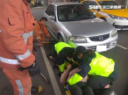 新竹蔡姓老婦騎車自摔,頭竟然直接卡在車底(翻攝畫面)
