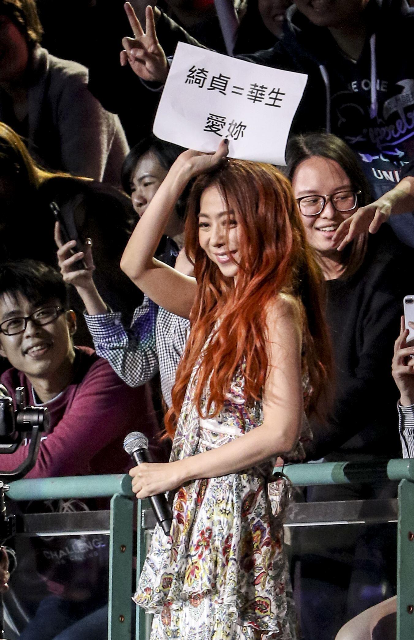 創作才女陳綺貞「漫漫長夜」20週年小巨蛋演唱會,背著全新吉他「白色蜂鳥」挑戰第四次攻蛋,與台下粉絲互動熱烈驚喜不斷。(記者林士傑/攝影)