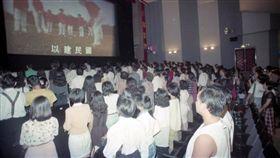 看電影起立唱國歌,電影院(圖/翻攝自爆怨公社)