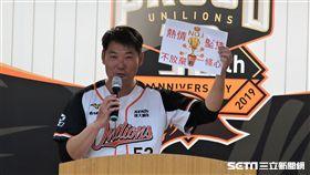統一獅黃甘霖總教練準備手板勉勵全隊。(圖/記者王怡翔攝影)