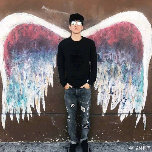 天使之翼全球帶動打卡熱潮 林俊傑也曾朝聖歌手林俊傑曾在網路貼出他與洛杉磯天使之翼作品合影照片,引起熱烈迴響,如今「天使之翼全球計畫」也前進花蓮,可望帶動打卡朝聖風潮。(翻攝畫面)中央社記者李先鳳傳真 108年1月13日