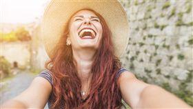 中獎,得獎,開心,興奮,喜悅,紓壓(圖/By Freepik)https://www.freepik.com/free-photo/happy-female-tourist-next-to-wall_3379402.htm