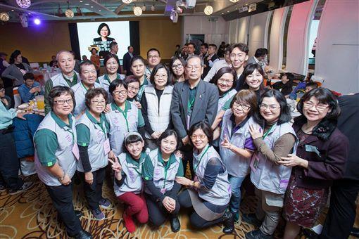 蔡英文總統13日出席「小英志工團尾牙餐會」。(圖/翻攝蔡英文臉書)