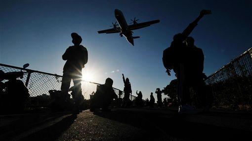 日夜溫差大早晚偏冷 民眾把握午後好天氣入冬首波冷氣團持續影響台灣天氣,各地早晚偏冷,中央氣象局表示,18日白天陽光露臉,氣溫稍有回升,入夜後才會再下降。許多民眾把握午後好天氣,在松山機場跑道頭感受飛機臨空的震撼。中央社記者王飛華攝 107年12月18日