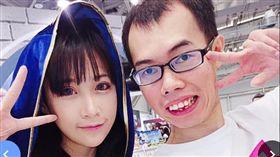鄧佳華以往都喜歡只找正妹、模特兒合照。(圖/翻攝自臉書)