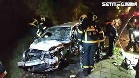 過彎失控自撞人行道 休旅車全毀駕駛重傷