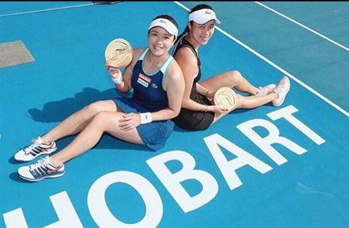 ▲詹詠然(左)與詹皓晴上周在霍巴特拿下女雙冠軍。(圖/翻攝自詹詠然IG)