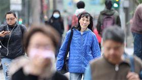 北台灣多雲 早晚各地稍涼(1)中央氣象局表示,13日北台灣以多雲天氣為主,中南部則是多雲到晴,早晚各地稍涼,清晨觀測低溫中部以北及東北部約攝氏16至18度,南部及花東約19、20度。圖為走在台北街頭的民眾穿著保暖外套禦寒。中央社記者吳翊寧攝 108年1月13日