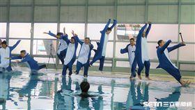 統一獅新秀變裝鯊魚跳水。(圖/記者王怡翔攝影)