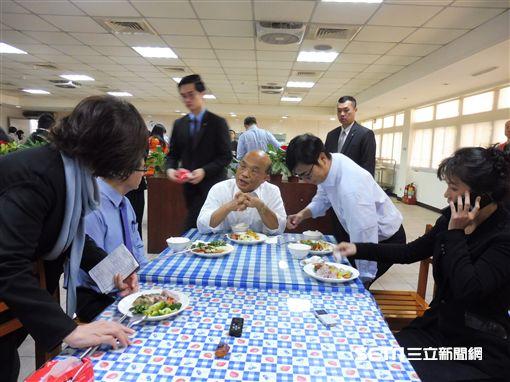 行政院長蘇貞昌14日中午偕同副院長陳其邁等人到員工餐廳用餐。(圖/記者盧素梅攝)