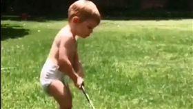 ▲還包著尿布打高爾夫的嬰孩,是否能成為伍茲接班人?(圖/翻攝自臉書)